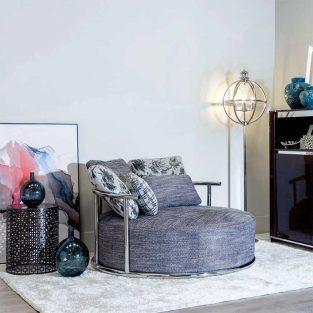 Sofá redondo de diseño Acero Inoxidable y Tela Gris con cojines variados ambiente