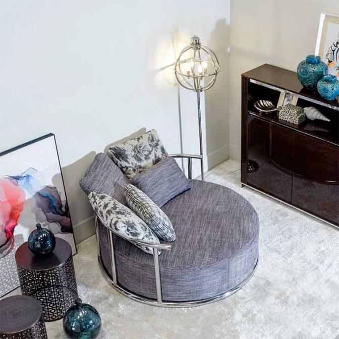 Sofá redondo de diseño Acero Inoxidable y Tela Gris con cojines variados ambiente vista